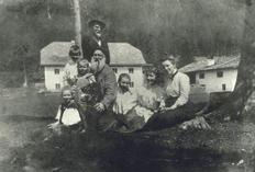 Karl Schönherr (stehend) und die Familie Pöschl