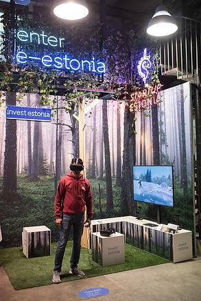 3098_Man using virtual reality glasses_R