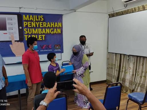 Fuziah Salleh sumbang tablet kepada murid B40