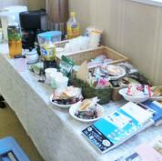 お茶とお菓子、貸し文庫の用意があります