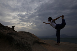 yoga trên đá trước biển