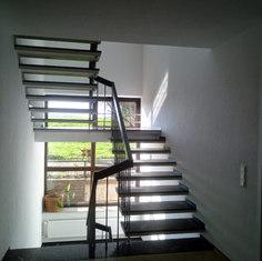 Neugestaltung Treppenhaus inkl. neuer Fensterfront und Oberputz