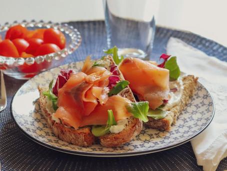 Mini Brunch de Domingo  - Sandes de salmão fumado e queijo creme aromatizado com alho e ervas