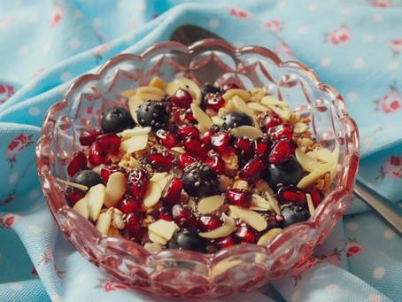 Sugestão de Pequeno-Almoço/Lanche - Iogurte com granola,   romã, mirtilos e amêndoa