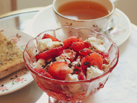 Mini Brunch de Domingo - Salada de mozzarella e morangos, torrada de azeite e infusão quente
