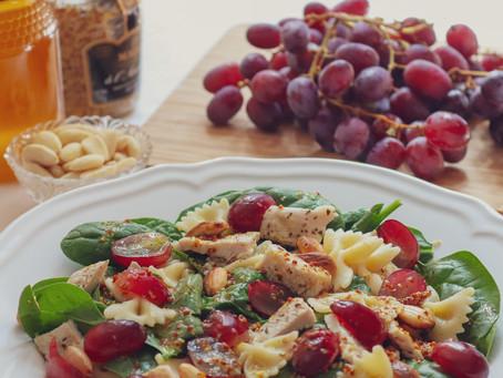 Salada de espinafre com peru e molho de mostarda