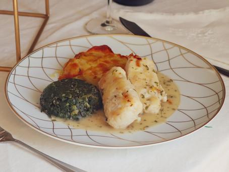 Lombos de pescada em molho de salsa, mil-folhas de batata e espinafre salteado
