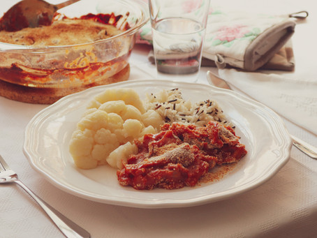 Lulas gratinadas em molho de leite e tomate com arroz selvagem e couve-flor cozida