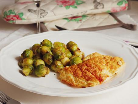Soufflé de pescada com couves-de-bruxelas salteadas