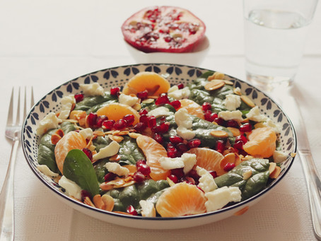 Salada de espinafre e queijo com romã, mandarina e amêndoas