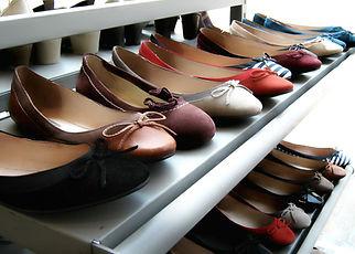 Dentro de la tienda de zapatos Assistanc