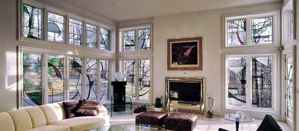 חלונות ויטראז' אל ועם הנוף