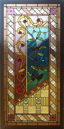 ויטראז' בחלון המסמל צמיחה בחדר ישיבות