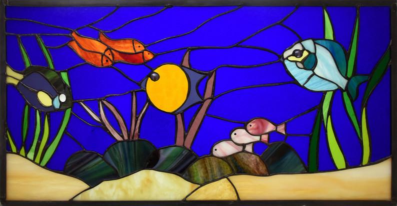 ויטראז' דגים בחלון ביפו מול הים
