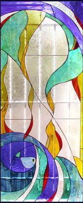 חלון ויטראז' במקלחת ילדים בעין כרם