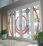ויטראז' אדום עולה בכניסה לבית.