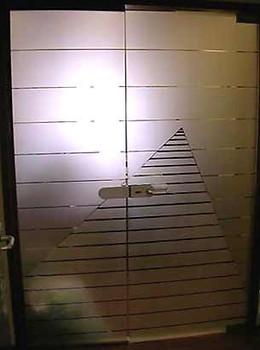 דלת משרד בעצוב גיאומטרי.
