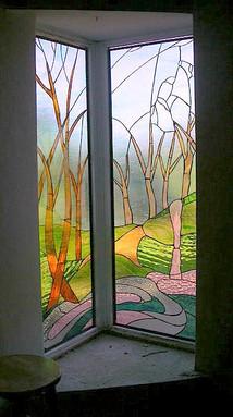 ויטראז בחלון פינתי אל מול החצר במושב גילת