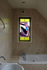 ויטראז המתקלחת בחלון ומכניסה צבע וחשק