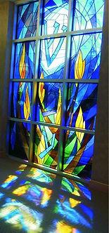 ויטראז בלון בהשתקפות בחלל בית הכנסת