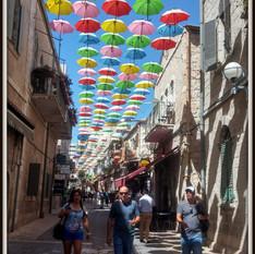 רחוב המטריות בגב המוזיאון