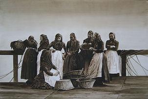 Groupe de femmes bavardes attendent, avec leurs paniers, le retour des pêcheurs.