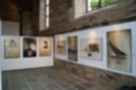 Les tableaux, portraits et bateaux en exposition.