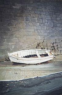 Barque blanche au fond du port sur mur de pierre.