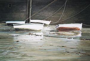 barques échouées dans un port.