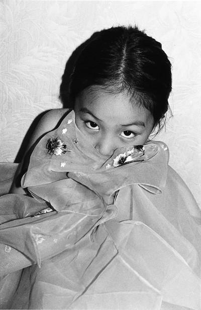 5 인효진_Playing House of the Doll _ Hiding inside, 28×36cm, Pigment Print, 1999.jpg