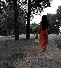 Femme_jupe_marchant_sur_sentier.jpg