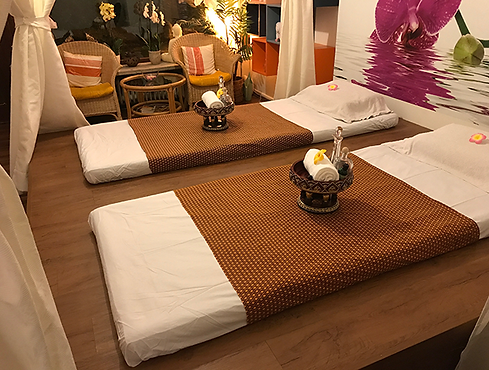 Zwei von insgesamt drei Massageplätzen. Ideal für die Paarmassage.