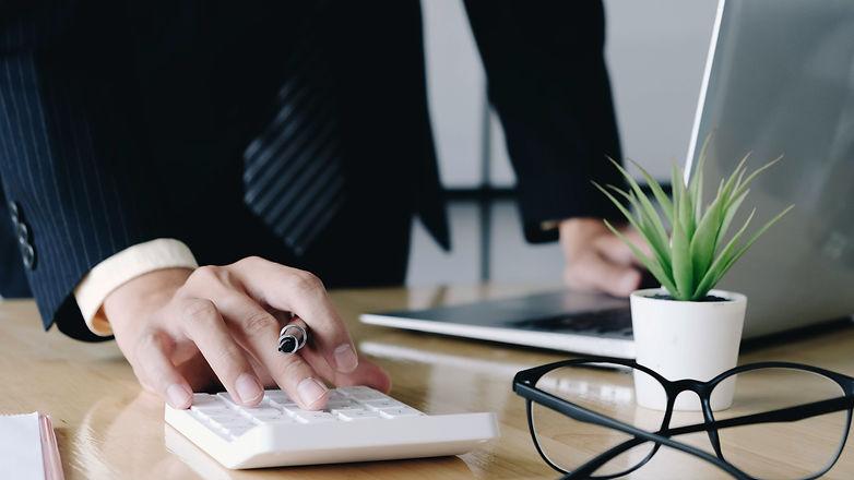 close-up-businessman-accountant-hand-hol