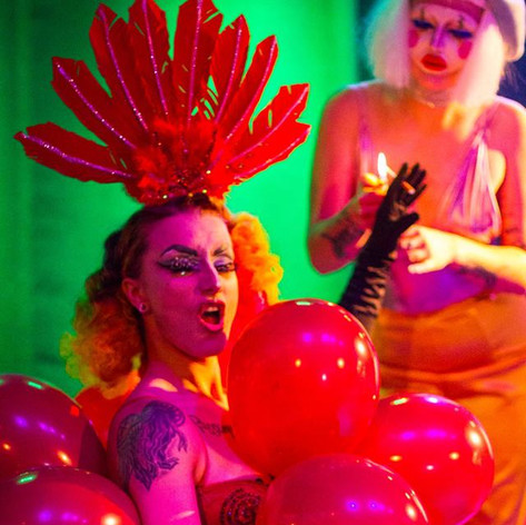 Boom ton Queer, Ballon Act.