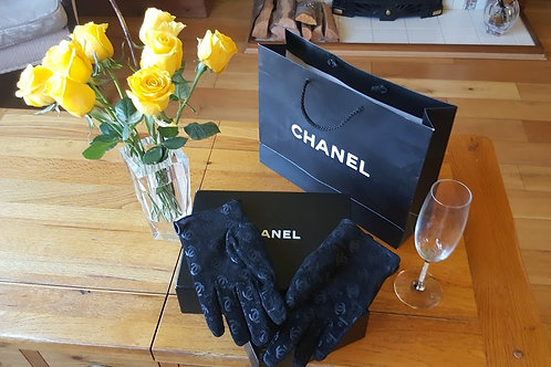 CHANEL  AUTHENTIC VINTAGE SUEDE GLOVES  WITH PRINT ON CC LOGO