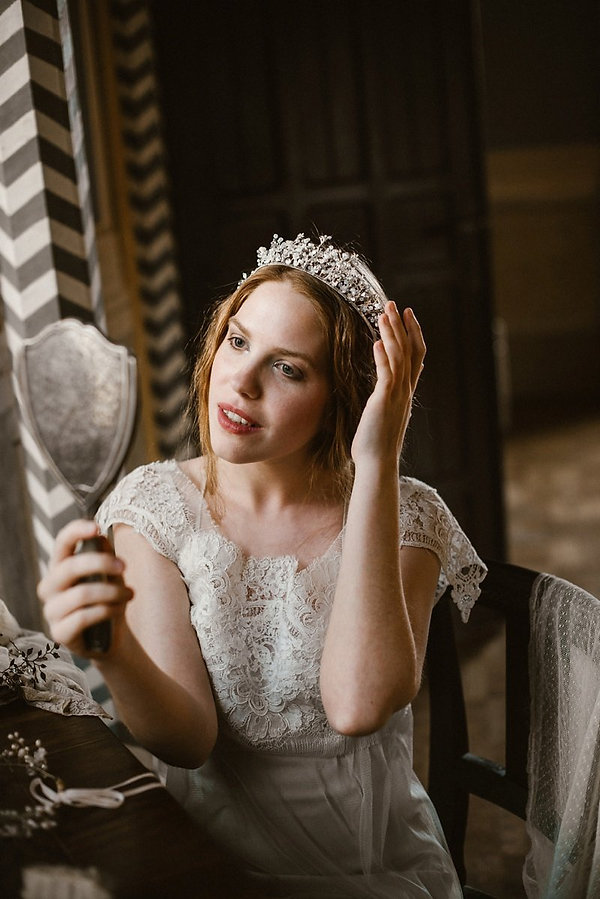 crown bridal headpiece, bridal headpiece with crystals and pearls, coroncina sposa con fiori e cristalli, corona sposa gioiell, made in italy, wedding crown made by Guinevere Vines