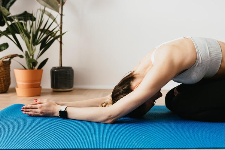 flexible-sportswoman-practicing-yoga-on-