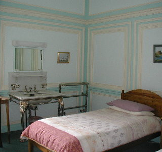 Lisnacrieve (Twin Room) - This is a lovely room with another splendid fireplace and original wash hand basin and stand