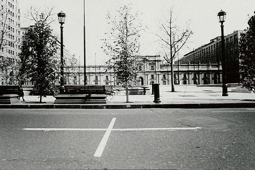 Una Milla de Cruces sobre el Pavimento, La Moneda
