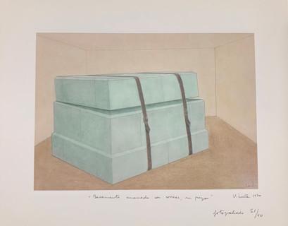 Basamento amarrado con correas, en pieza, 1970