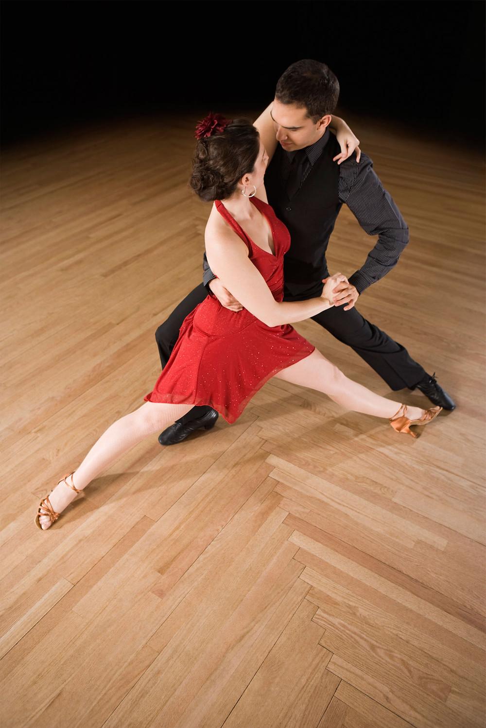 Ett par som dansar tango