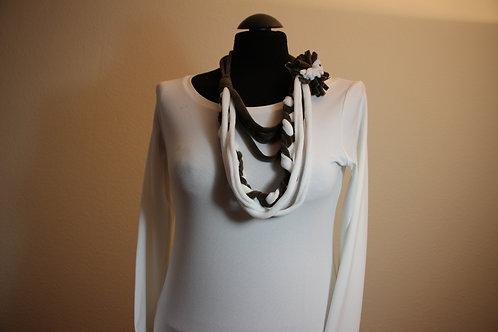 Halsband mit T-Shirt