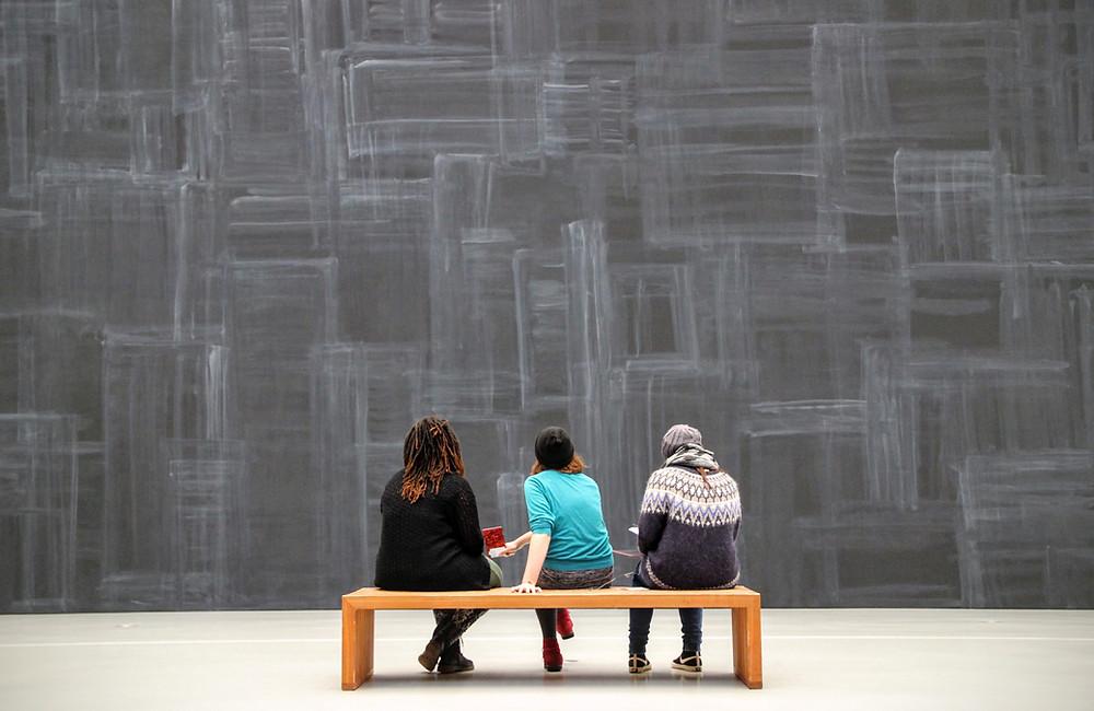 Estudiantes observando una obra de arte contemporáneo.