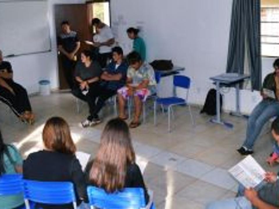 Membros da PJMP e PJR em conversa com representantes do grupo de Jovens do bairro São Miguel de Fraiburgo\SC. Foto: Claudia Weinman.