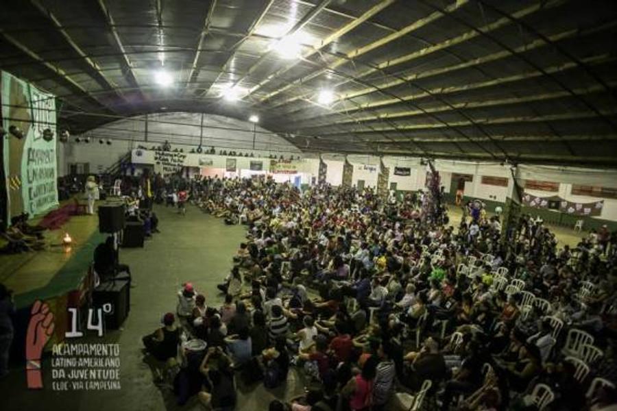 Aleida Guevara fazendo seu discurso no Acampamento Latino-americano de Jovens. Foto: MST