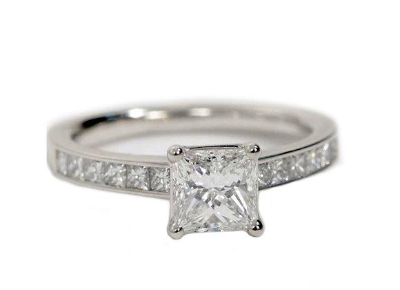 Pierścionek z diamentem i princessami