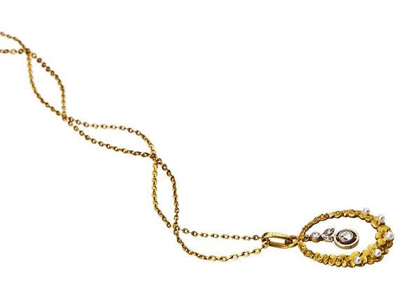 Delikatna zawieszka z diamentami i perłami