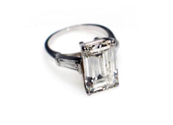 Pierścionek z emerald cut diamentem i diamentami