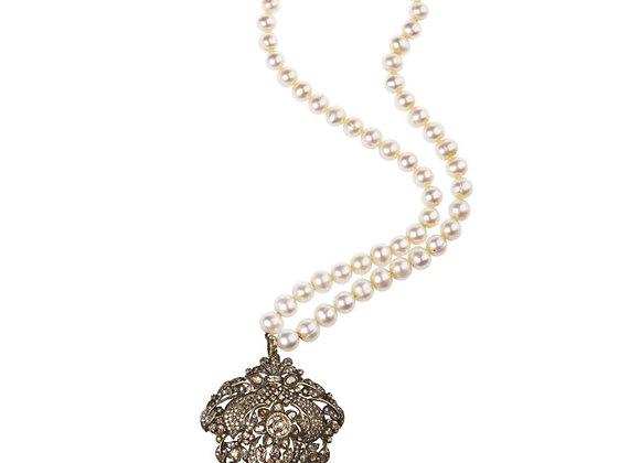 Naszyjnik z pereł z wisiorem z diamentami