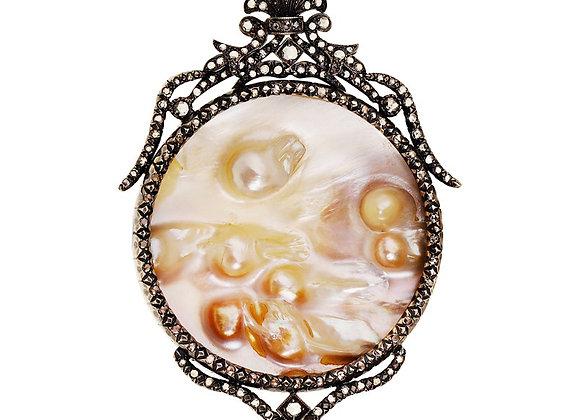 Naszyjnik z diamentami i muszlą z naturalnymi perłami